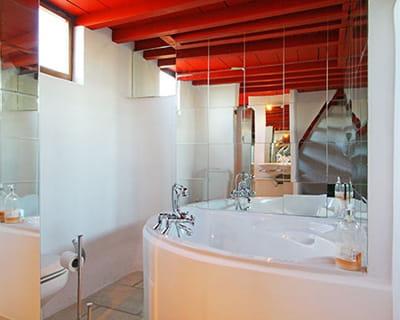 un mur de miroirs pour agrandir l 39 espace 10 astuces d co pour la salle de bains journal des. Black Bedroom Furniture Sets. Home Design Ideas