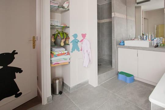la salle de bains des enfants un duplex sur mesure clair et spacieux journal des femmes. Black Bedroom Furniture Sets. Home Design Ideas