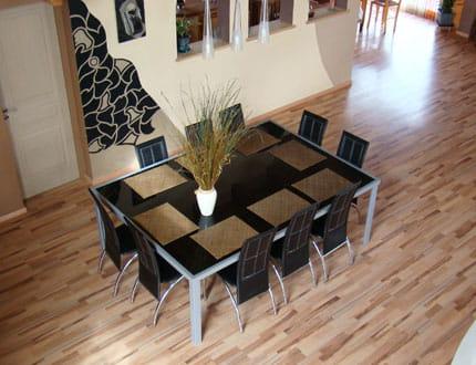 Une salle manger couleur chocolat la maison de for Table salle a manger qui prend pas de place