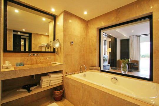 Fen tre la salle de bains oasis d co dans le desert for Decoration fenetre de salle de bain