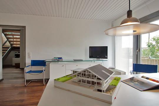 le bureau de l 39 architecte une maison originale en bois et en verre journal des femmes. Black Bedroom Furniture Sets. Home Design Ideas