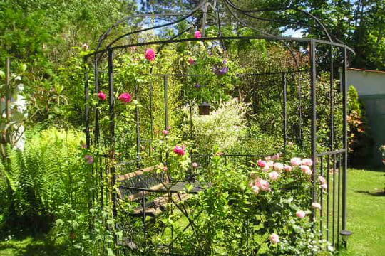 une tonnelle romantique ces l ments d co qui font votre fiert au jardin journal des femmes. Black Bedroom Furniture Sets. Home Design Ideas