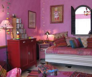 un miroir fen tre au dessus du canap donne l 39 illusion d 39 une ouverture visitez la maison de. Black Bedroom Furniture Sets. Home Design Ideas