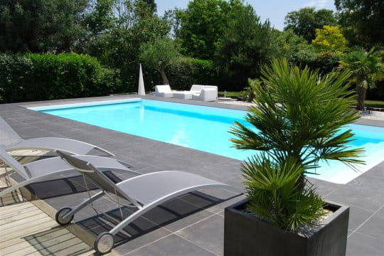 Piscine intgre au jardin paysag
