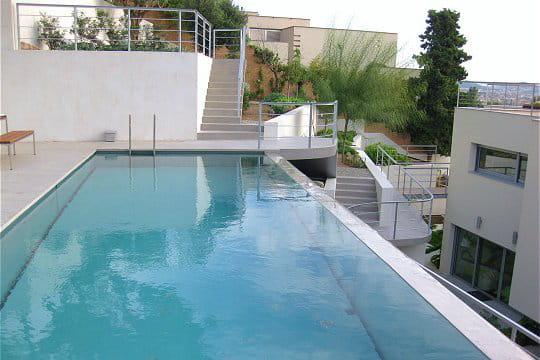 Une piscine d bordement atypique des piscines de r ve for Piscine miroir mondial piscine