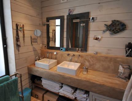 Une salle de bains en bois et en b ton visitez la maison - Banc de salle de bain en bois ...