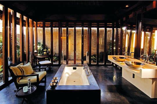Une salle de bains de luxe bienvenue au bulgari resort - Photo de salle de bain de luxe ...