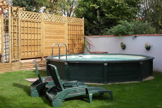 Une piscine qui se fond dans le d cor des piscines hors for Piscine hors sol qui s effondre