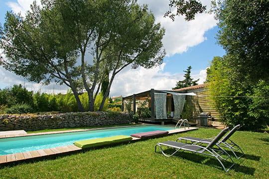 une piscine aupr s de ma cabane des maisons de r ve avec piscine journal des femmes. Black Bedroom Furniture Sets. Home Design Ideas