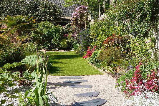 des pas japonais en ardoise ambiance zen dans le jardin normand de michel journal des femmes. Black Bedroom Furniture Sets. Home Design Ideas