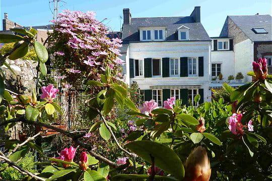 La maison vue travers les rhododendrons ambiance zen for Le jardin normand