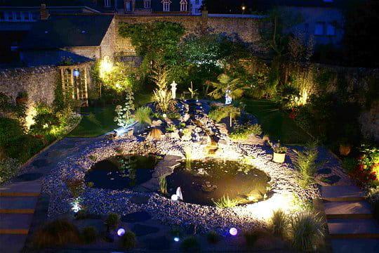 Un jardin qui resplendit la nuit ambiance zen dans le jardin normand de michel journal des - Jardin romantique nuit perpignan ...