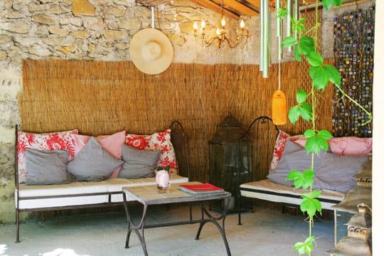 salon boh me d co fra che et inventive dans une ancienne ferme journal des femmes. Black Bedroom Furniture Sets. Home Design Ideas