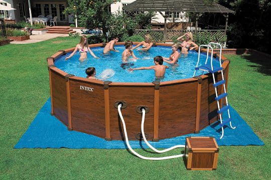 une piscine en acier esprit bois des piscines hors sol ultra sympas journal des femmes. Black Bedroom Furniture Sets. Home Design Ideas