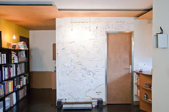 un trange faux plafond d co pratique et clectique dans 44 m journal des femmes. Black Bedroom Furniture Sets. Home Design Ideas