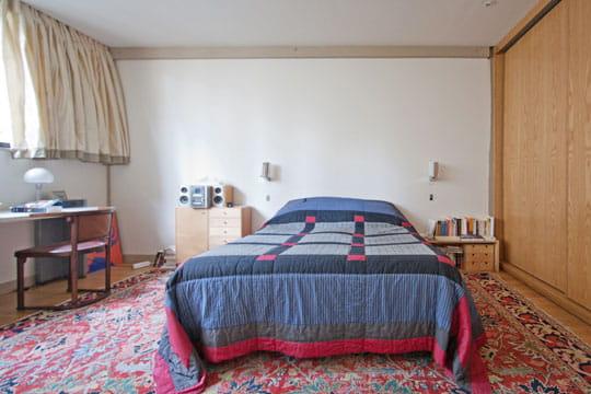 la chambre parentale ambiance industrielle dans un ancien atelier journal des femmes. Black Bedroom Furniture Sets. Home Design Ideas