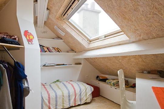 Une chambre pour l 39 a n petit nid sous les combles - Gagner de la place dans un studio ...