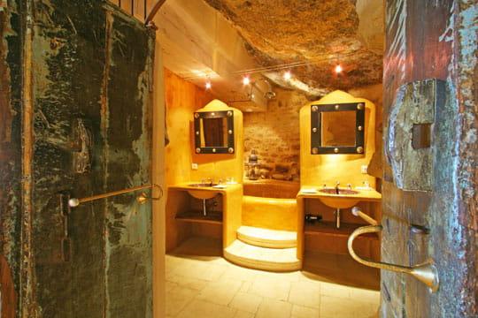bains de roche ambiance romantique dans des chambres troglodytes journal des femmes. Black Bedroom Furniture Sets. Home Design Ideas
