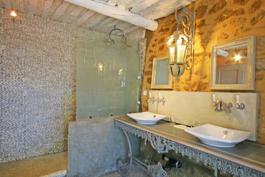 mur en galets ambiance romantique dans des chambres troglodytes journal des femmes. Black Bedroom Furniture Sets. Home Design Ideas