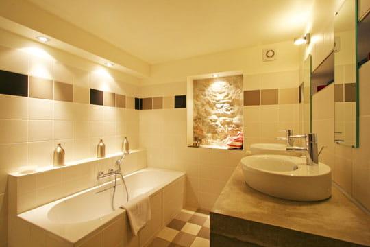 encadrement mural des salles de bains de d corateurs journal des femmes. Black Bedroom Furniture Sets. Home Design Ideas