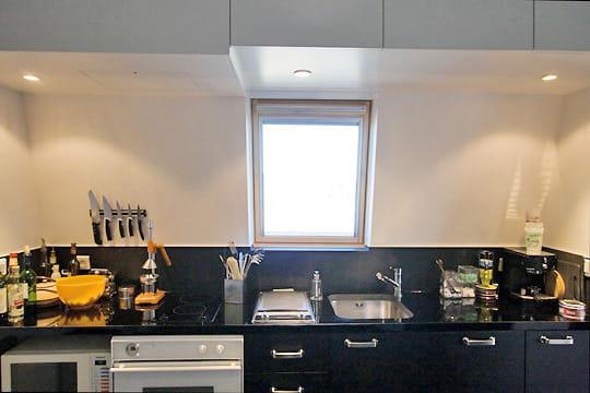 une cuisine bicolore couleur et g om trie dans un deux pi ces original journal des femmes. Black Bedroom Furniture Sets. Home Design Ideas