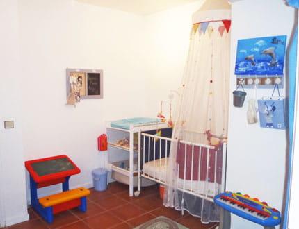 une chambre de b b pratique et fonctionnelle visitez la maison de marie journal des femmes. Black Bedroom Furniture Sets. Home Design Ideas
