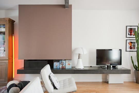 esprit contemporain au chaud devant la chemin e. Black Bedroom Furniture Sets. Home Design Ideas