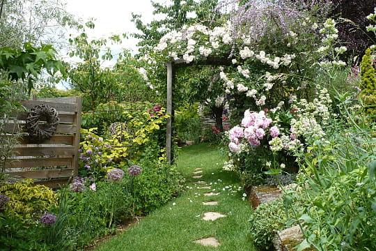 Portail vers un monde fabuleux le jardin des grandes for Vers de jardin