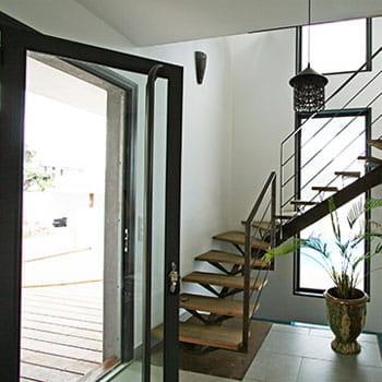Des astuces pour l 39 entr e en escalier a chaque entr e - Entree de maison avec escalier ...