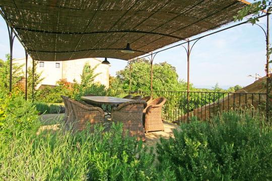 Terrasse sous auvent d co ensoleill e dans une ancienne grange journal des femmes - Auvent transparante terras ...