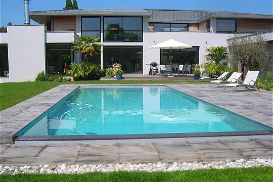 Piscine familiale de forme angulaire troph e argent - Forme de piscine creusee ...