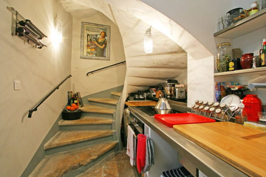 une cuisine dans l 39 escalier des cuisines comme on en r ve journal des femmes. Black Bedroom Furniture Sets. Home Design Ideas