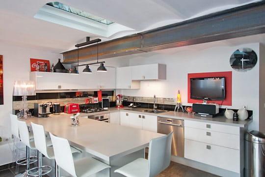 a la fois bar et salle manger des cuisines comme on en. Black Bedroom Furniture Sets. Home Design Ideas