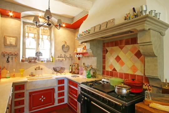 Une cuisine proven ale et color e des cuisines comme on for Amenagement cuisine provencale
