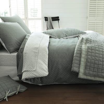 boutis gris et blanc de becquet du linge de maison parfait pour la saison journal des femmes. Black Bedroom Furniture Sets. Home Design Ideas