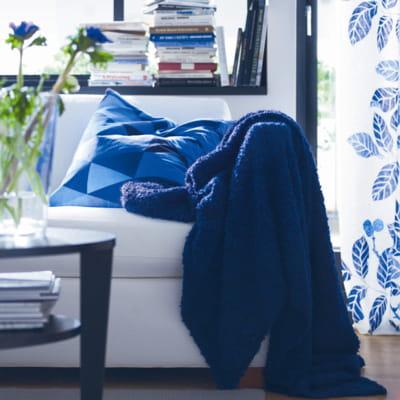 plaid bleu marine d 39 ikea du linge de maison parfait pour la saison journal des femmes. Black Bedroom Furniture Sets. Home Design Ideas