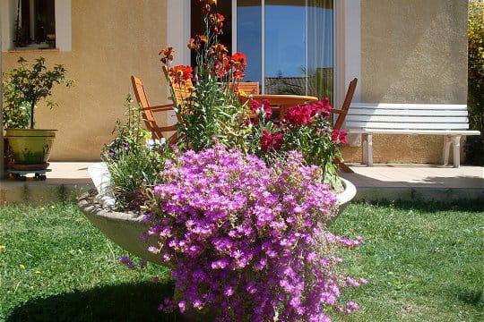 Une vasque remplie de fleurs le jardin aux parfums for Vasque fleurs jardin