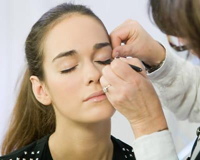 Etape 2 finaliser le trait d 39 eye liner se faire un regard de star avec l 39 eye liner journal - Comment faire un trait d eye liner ...