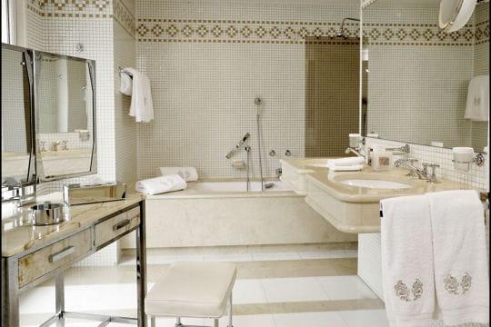 Salle de bains lumineuse - Salle de bain hotel luxe ...