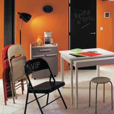 chaise pliante noire de but des chaises tendance pour habiller ma table journal des femmes. Black Bedroom Furniture Sets. Home Design Ideas