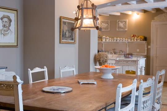 une grande table pour recevoir les convives impressionnante renaissance d 39 une ancienne ferme. Black Bedroom Furniture Sets. Home Design Ideas