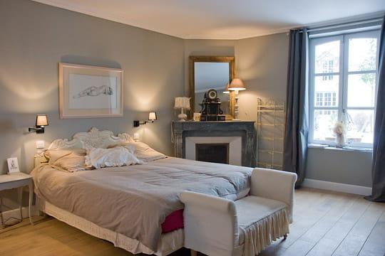 une chambre dans les tons clairs impressionnante renaissance d 39 une ancienne ferme journal. Black Bedroom Furniture Sets. Home Design Ideas