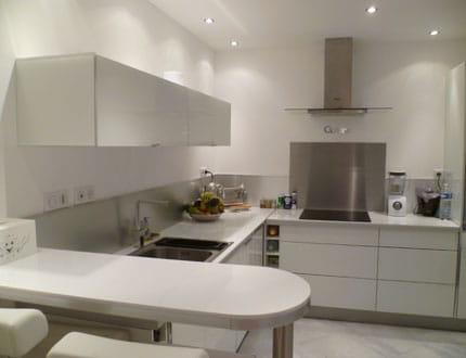 Une cuisine moderne blanc et inox visitez la maison d 39 isabelle journal des femmes for Comfaience pour cuisine moderne