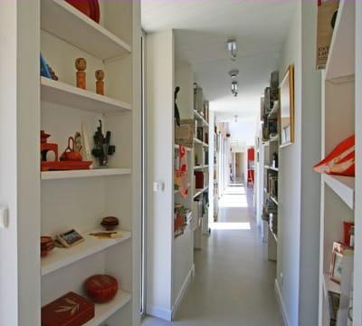 des rang es de biblioth ques une nouvelle ambiance pour mon couloir journal des femmes. Black Bedroom Furniture Sets. Home Design Ideas
