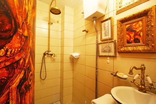 salle de bains baroque d co m tiss e dans une maison espagnole journal des femmes. Black Bedroom Furniture Sets. Home Design Ideas