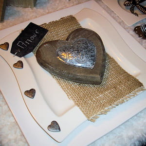 d coration d 39 assiette deux ambiances pour une table de saint valentin originale journal des. Black Bedroom Furniture Sets. Home Design Ideas