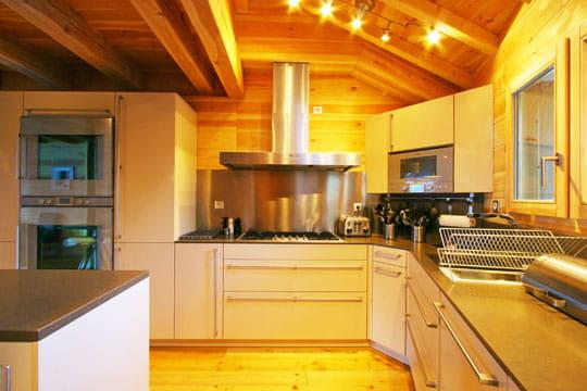 une cuisine pour 20 personnes chalet d 39 exception sur les cimes journal des femmes. Black Bedroom Furniture Sets. Home Design Ideas