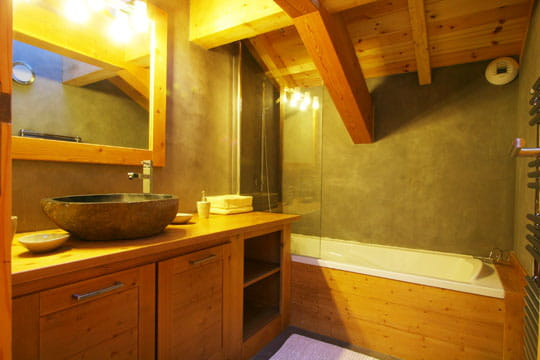 Salle de bains bois et gris chalet d 39 exception sur les cimes journal des femmes - Salle de bain gris anthracite et bois ...