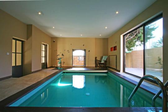piscine int rieure cocktail d co original et color journal des femmes. Black Bedroom Furniture Sets. Home Design Ideas