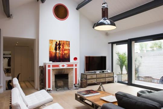 un salon en cath drale une maison de ville au look. Black Bedroom Furniture Sets. Home Design Ideas